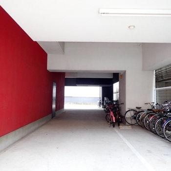 共用部】駐輪場はきれいに整列していました。