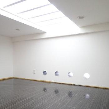洋室の床から光が入ってきてるんです!床下収納として使いましょう!