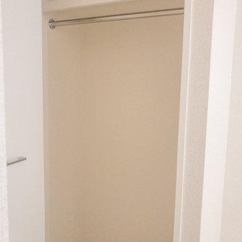クローゼットが入り口横にあります※写真は1階の反転間取り別部屋のものです