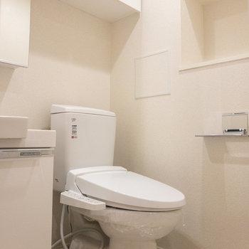 トイレ周りに収納棚がたくさんあります※写真は1階の反転間取り別部屋のものです