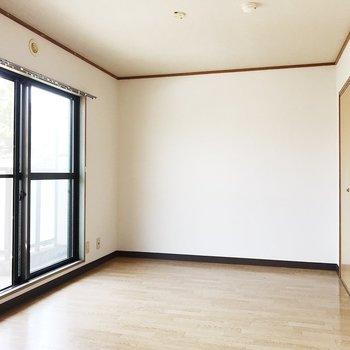 【洋室6帖】こちらも明るい空間です