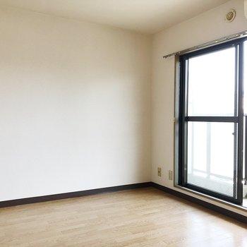 【洋室5帖】ソファとローテーブルを置いてつくろぎの空間に