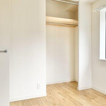 【洋室4.5帖】各部屋に収納が付いているので便利です。