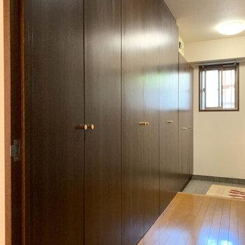 廊下の片側にはズラーっと扉が5つほど