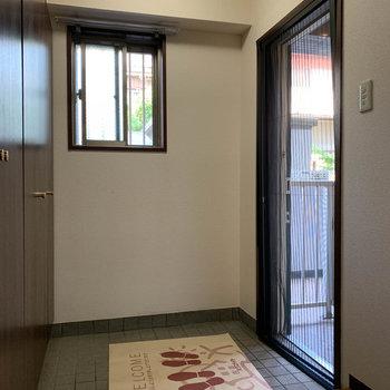 玄関扉にも網戸が付いており、換気できたりもします