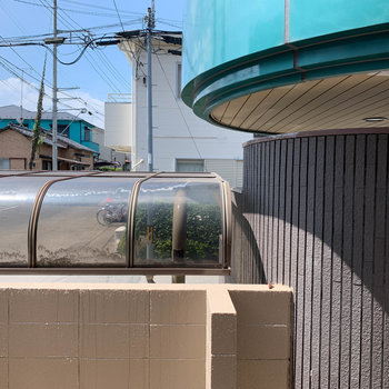 リビングの腰窓からは駐輪場の屋根が見えます