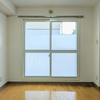 【4.8帖洋室】窓は南東向きです。すりガラスなので視線は気にならなさそうです。