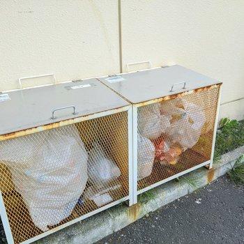 ゴミ置き場は建物の隣にあります。