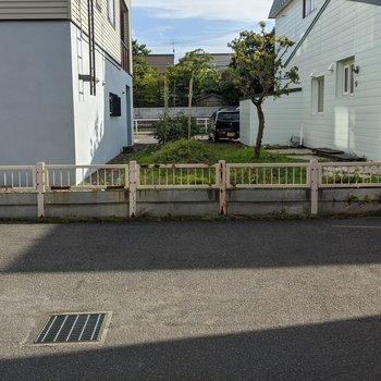 ダイニング窓からの景色です。駐車場が見えます。