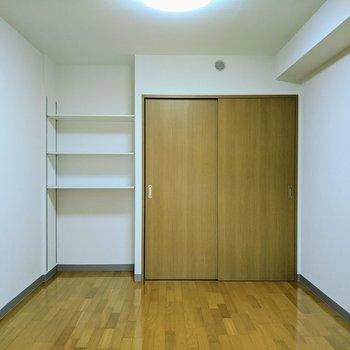 【6.6帖洋室】棚とクローゼットがあります。