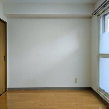 【4.8帖洋室】このお部屋はこたつなどを置いてくつろぎ、読書スペースとして活用できます。