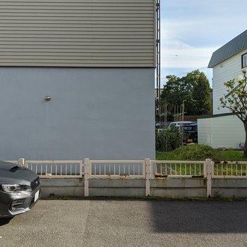 約4.8帖洋室からの景色です。駐車場が近いため防犯対策が必要ですね。