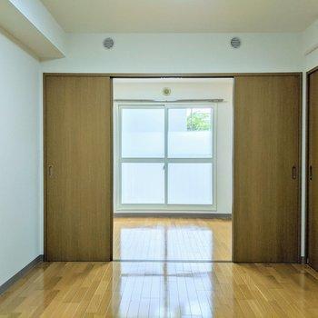 【6.6帖洋室】扉を開くと開放感があります。