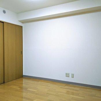 【6.6帖洋室】寝室としてベッドを置くスペースありますよ。