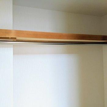【6.6帖洋室】上部にはハンガーポールと枕棚があります。