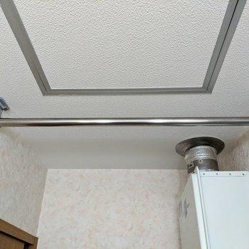 脱衣所の天井に洗濯物を干すポールが付いています。