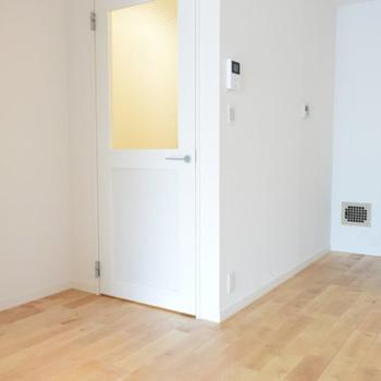 【イメージ】リビングへの扉はこれまた素敵なチェッカーガラスドア!