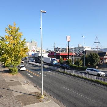 大通り沿いに多くの飲食店があるので、忙しいときに役立ちそうです。