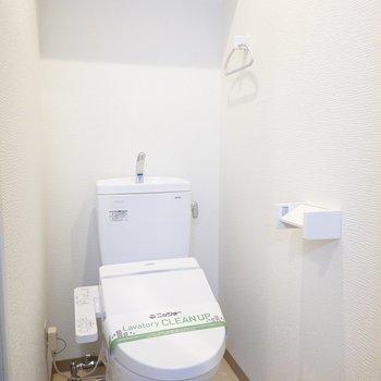 トイレは嬉しいウォシュレット付き。棚付きで収納も必要ありません。