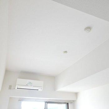 天井が高いおかげで広く感じる!照明もサイズを気にせず好きな物を選べますね。