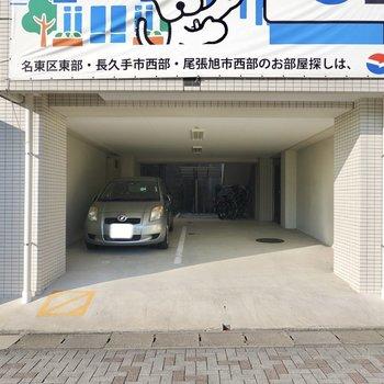 隣にも駐車場があり、奥には駐輪場もあります。