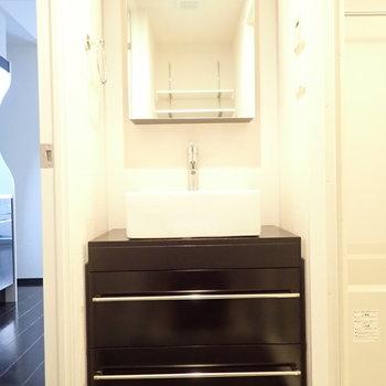 洗面台は収納もしっかり。シュッとした雰囲気ですね。