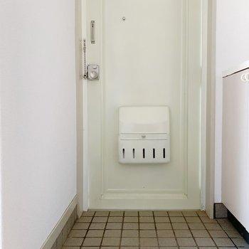 玄関はややコンパクト。1〜2足程度なら、出しておけるかな。