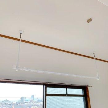 天井にポールがあり、ここに洗濯物を干すこともできます。