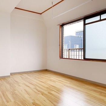 【洋室7.0帖】じゃ〜ん!開けると洋室。この木目調がいいですよね?