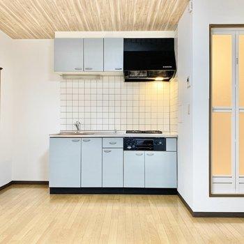 キッチンは水色の爽やかなカラー。