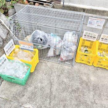 共用部】ゴミ捨て場は階段を降りたところに。