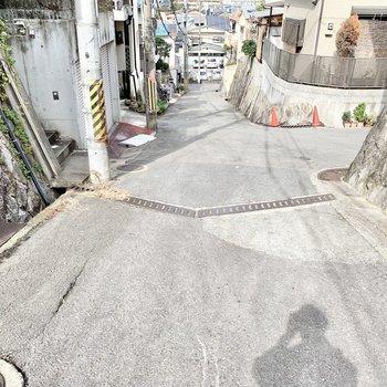 お部屋の前は坂道になっています。