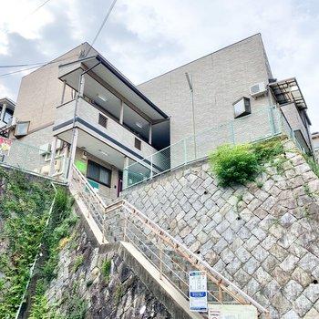 高台にたっているので階段を上がってお部屋へ。