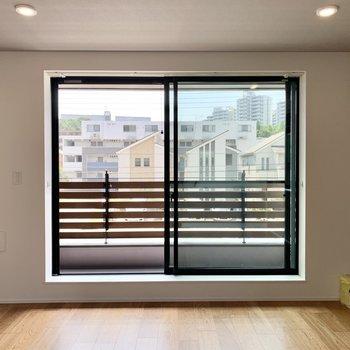 LDKは普通よりもずっと大きな窓で、リッチな開放感があります。