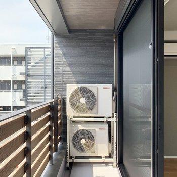 2つの室外機からの温風で洗濯物が乾きます。