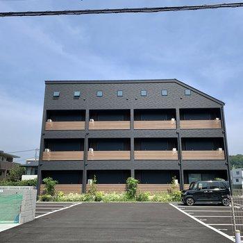 一際オーラを放つオシャレな3階建てアパート。