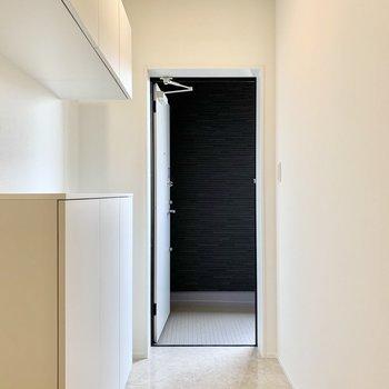 シンプルでフラットな玄関。
