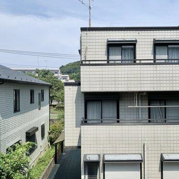 窓からはきれいな住宅が見えます。