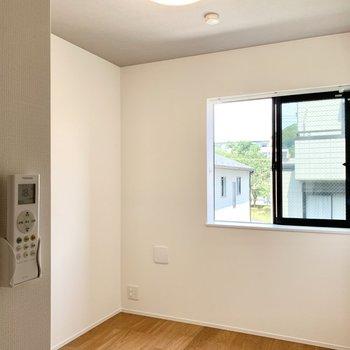 玄関を入って左手に小さな洋室があります。北向きですがけっこう明るいです。