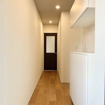 玄関を入ると美しい廊下がお目見えします。