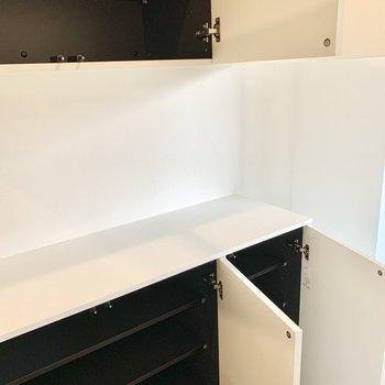 プッシュ式のマットな白のシューズボックスも美しく大容量。