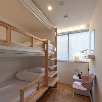 お部屋は2段ベッドツイン。鏡やミニ冷蔵庫があります。上は荷物置き場としても使えそうですね。