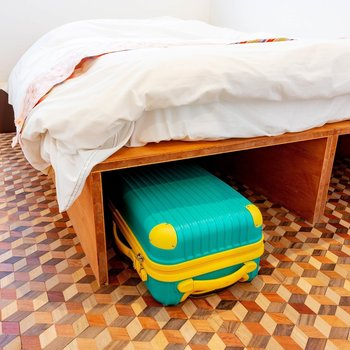 ベッドの下は収納に。キャリケースなどが入れられます。
