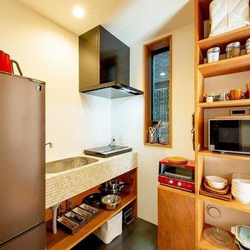 【共用部】食器や電子レンジ、調理器具も充実していて使い勝手がよさそうですよ。
