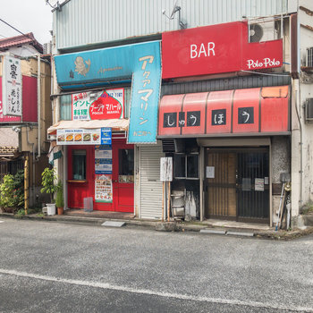 駅前にはレトロな飲食店もありますよ。