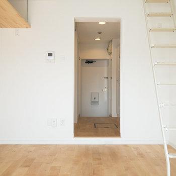 居室と廊下の間に仕切りはありません。突っ張り棒やカーテンを利用すると1Kのような間取りにできます。