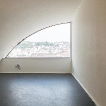 半アーチ状の窓がキュートなロフトスペース。