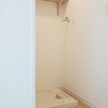 キッチンの向かい側には洗濯機置き場。上部の棚が地味に嬉しいですね。