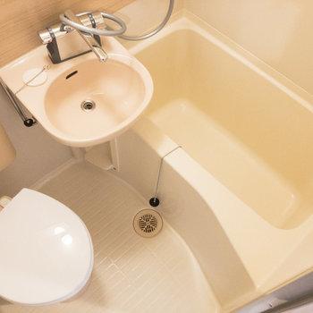 浴室は3点ユニットです。