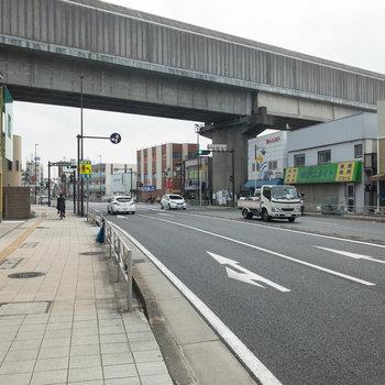 大通りは歩道が広く、歩きやすい印象でした。